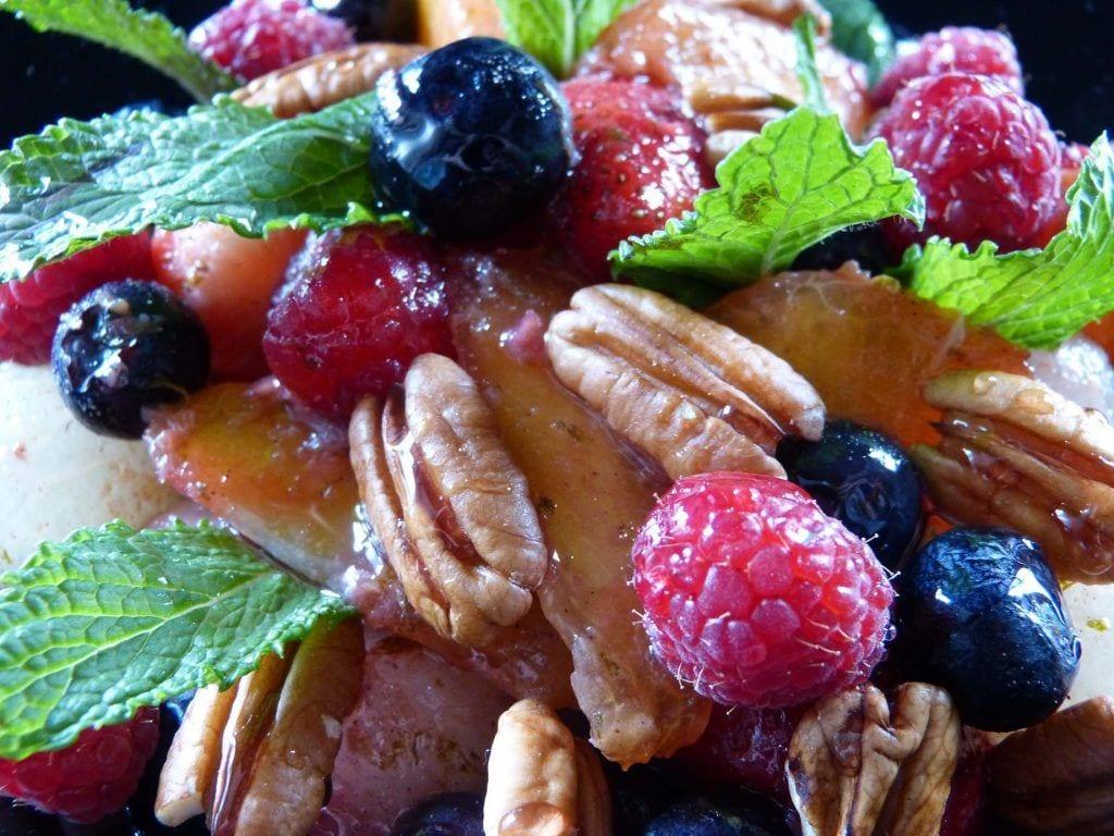 Frutas maceradas con regaliz lima y sirope de violetas - Recetas de verano