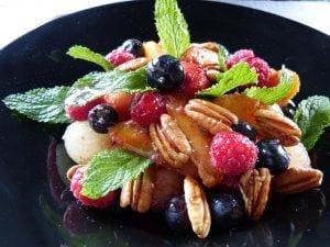 Frutas maceradas con lima y regaliz y sirope de vilotetas. Recetas de verano