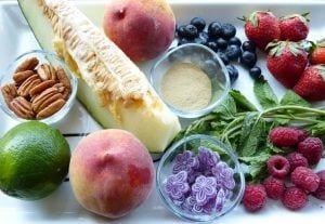 Ingredientes para frutas maceradas con lima y regaliz y viloletas. Recetas de verano