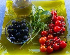 Ingredientes tomates cherries macerados con aceite de albahaca - recetas de verano