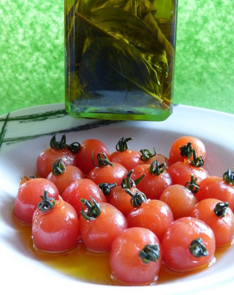 Tomates cherries macerados con aceite de albahaca- Aperitivo