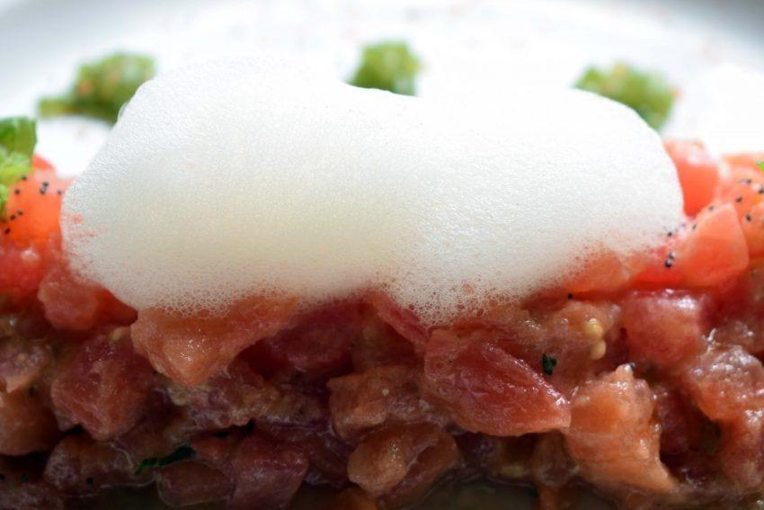 Tartar de tomate con caviar de albahaca y aire de nieve