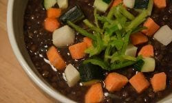 Lentejas caviar con escabeche de verduras