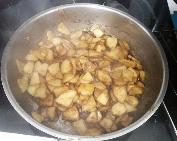 Strudel de manzana con quinoa general - rehogando la manzana