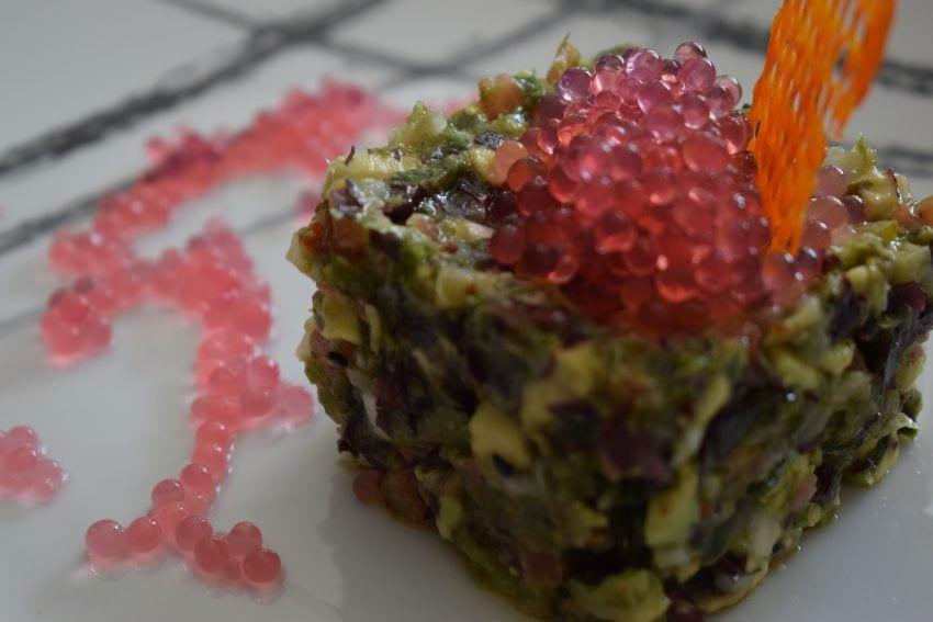 Tartar de algas con caviar de bitter