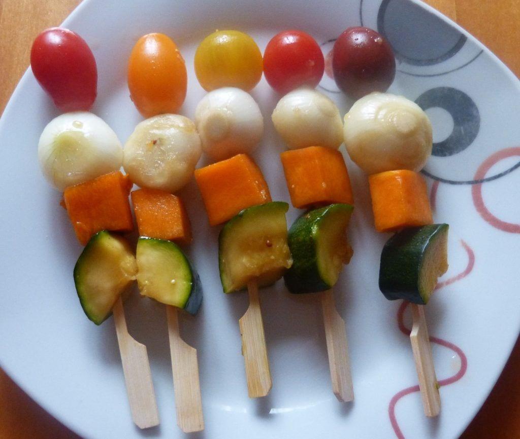 Brochetas de verduras marinadas al estilo oriental con puré berenjenas