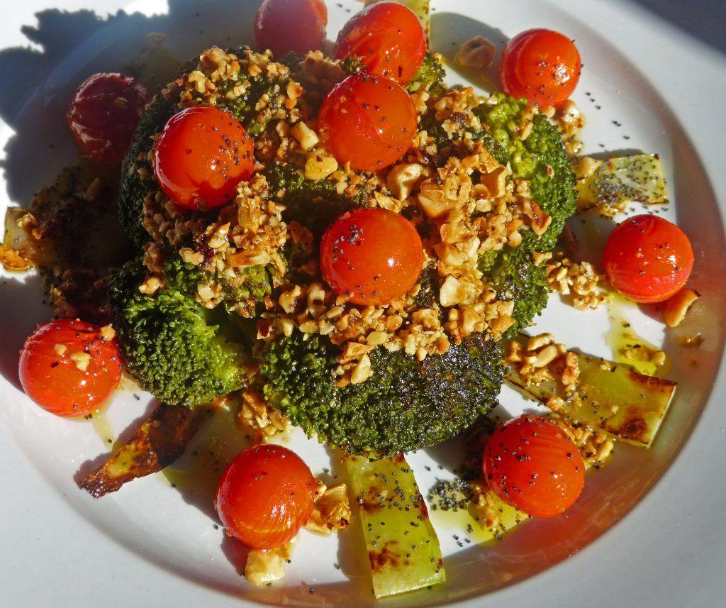Brocoli con avellanas y tomates cherry