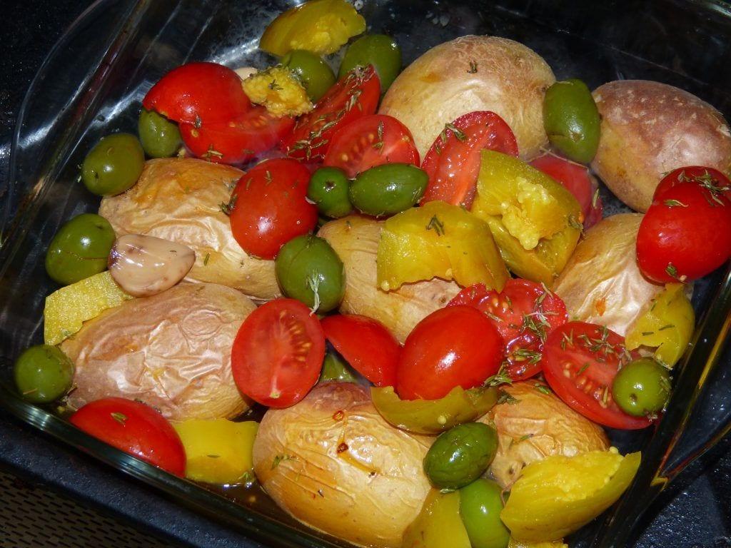 Patatitas asadas con tomate cherry, aceitunas, berenjenas y tomillo