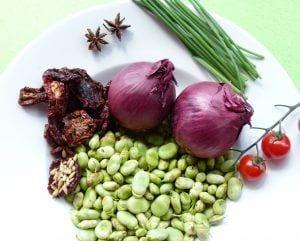 Habas con cebolla morada, tomate seco y aceite de cebollino