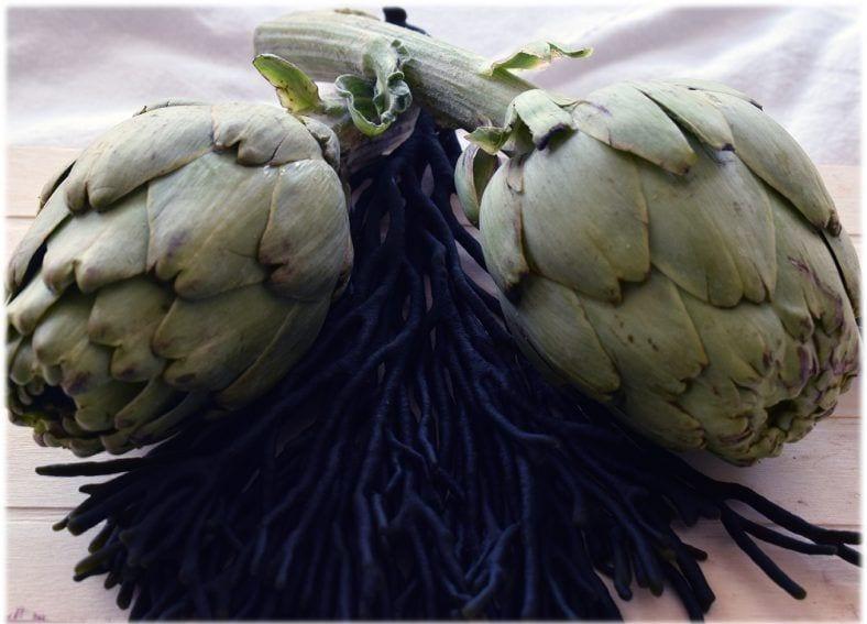 Alcachofas en salsa verde con alga codium