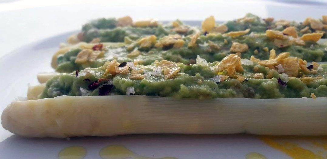 Espárragos blancos naturales rellenos de guacamole y cereales