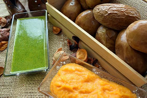 Patatas asadas con mojo verde y mojo de calabaza
