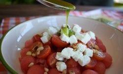 Ensalada de tomates cherry, sandía y queso con vinagreta de albahaca